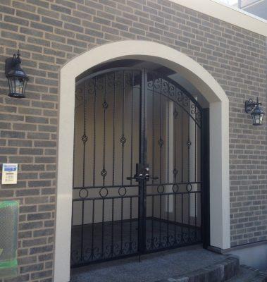 アイアン門扉と広いエントランス