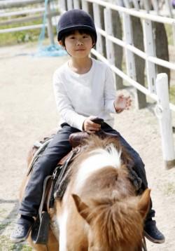 乗馬する男の子