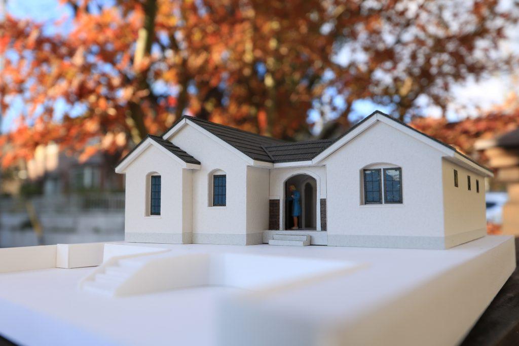 敷地100坪に建つ、アーチ壁に囲まれた36坪のコの字型平屋