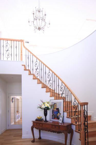 シャンデリア照明、吹抜けのサーキュラー階段ホール