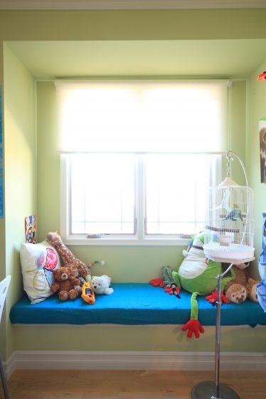 グリーンの壁、ソファ出窓
