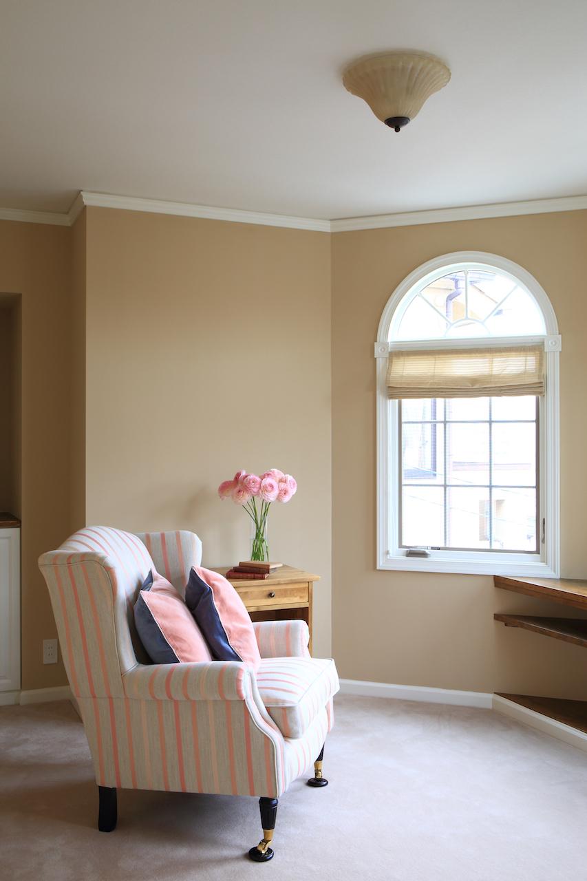 アーチトップのアメリカ製窓が美しい、多角形の部屋