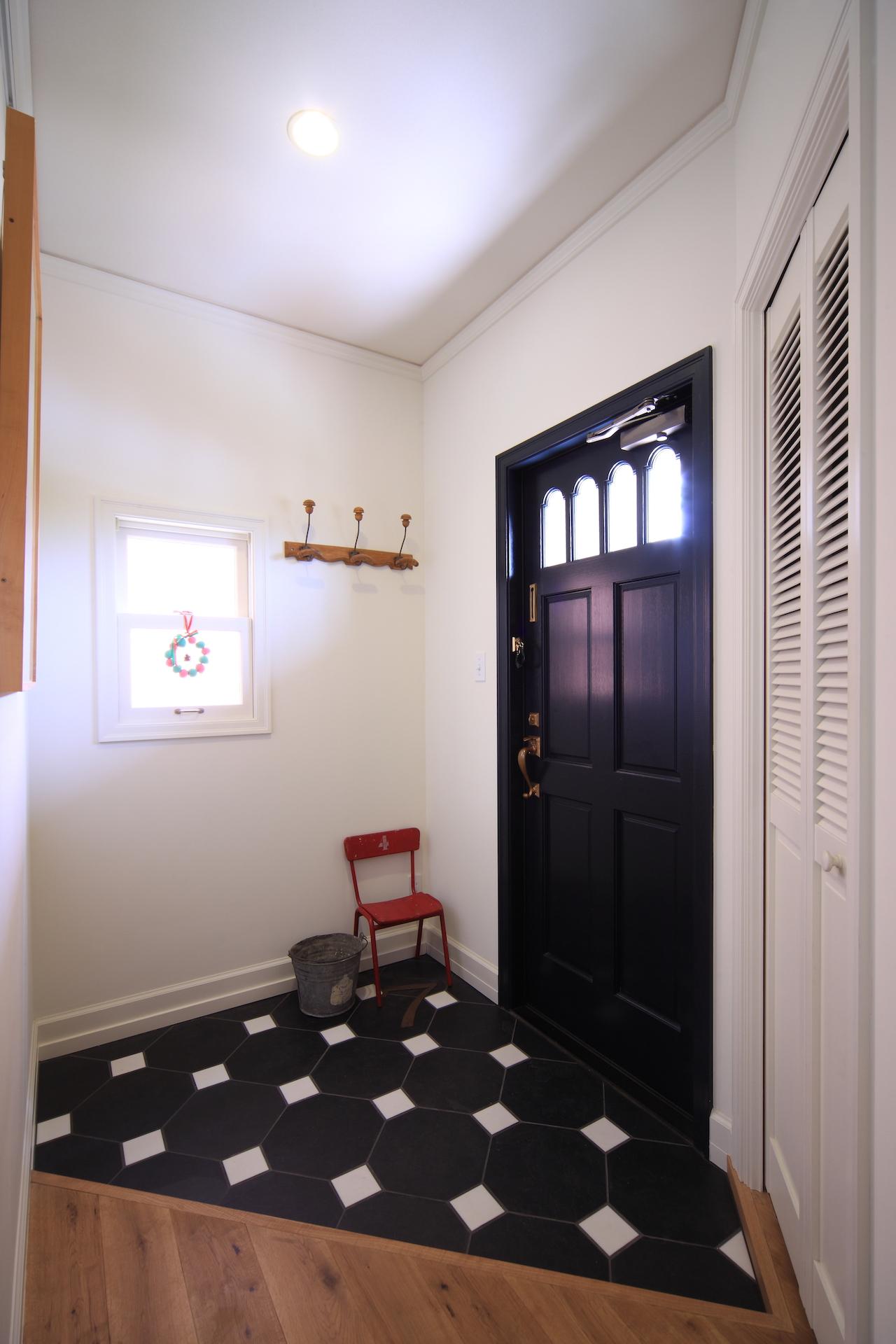 床のタイルは黒白デザイン貼り