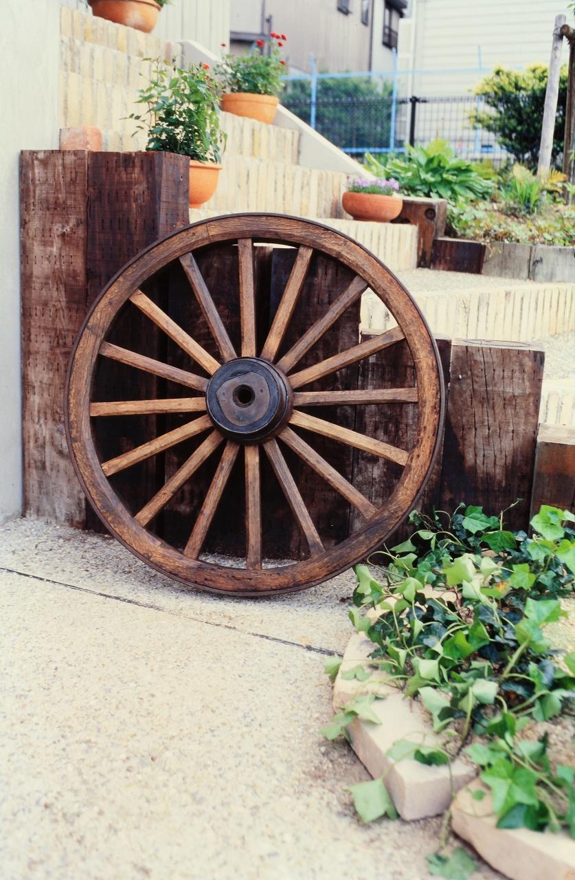枕木、庭先の小物も木製で味わいを