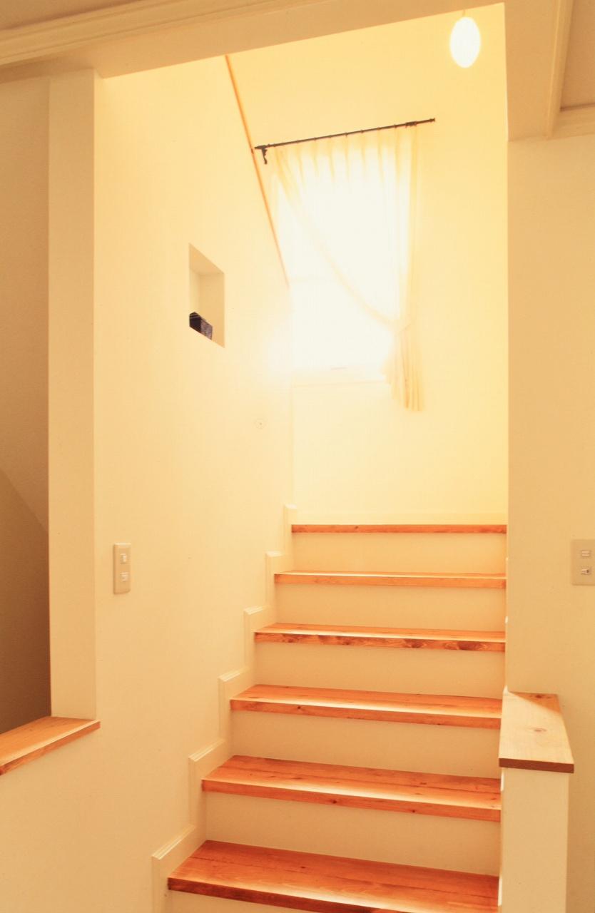 窓からの採光が明るい階段、飾りニッチもポイント