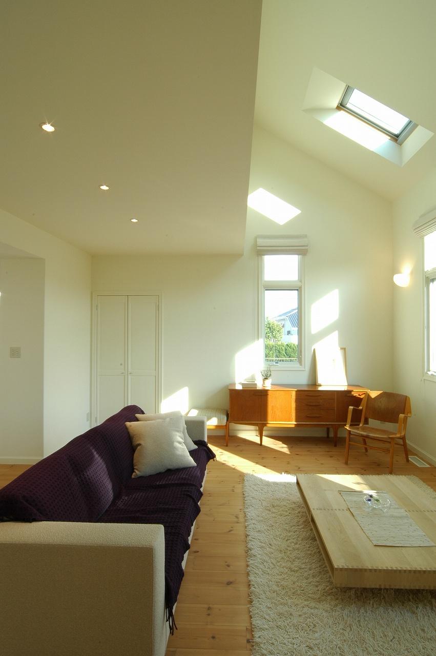天窓のある明るいリビング。北欧家具が活きる家。