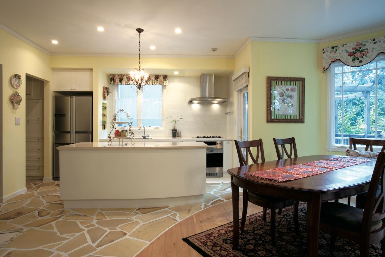 天然石貼りの床、機能的なキッチン
