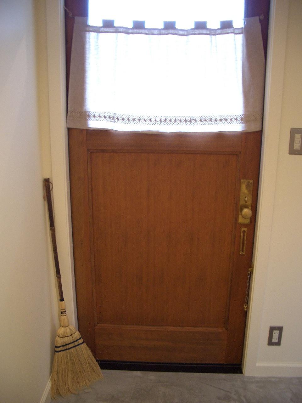 丸ノブのドア、カフェカーテンは可愛く手作り。