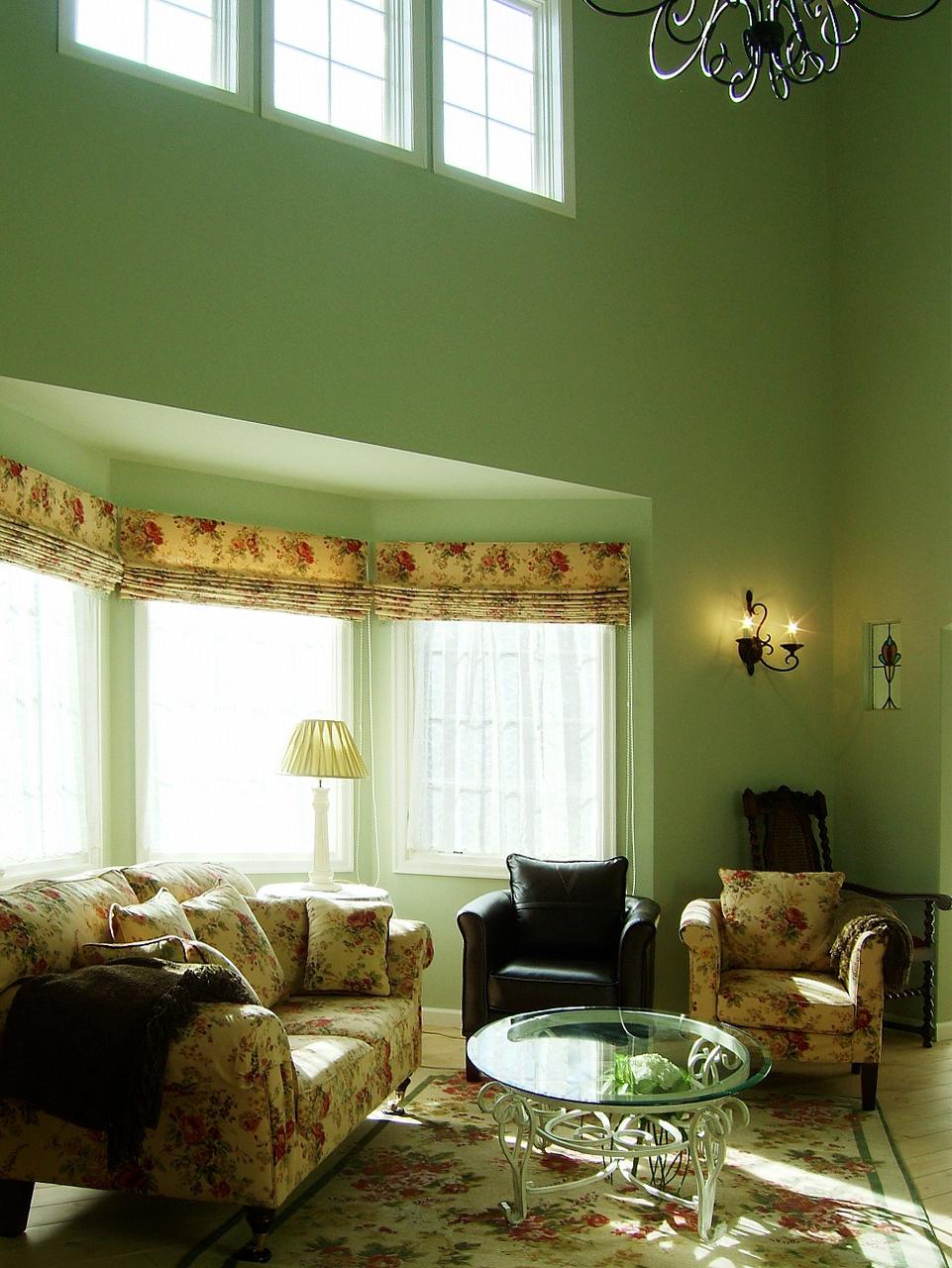 出窓のある優雅なリビングルーム