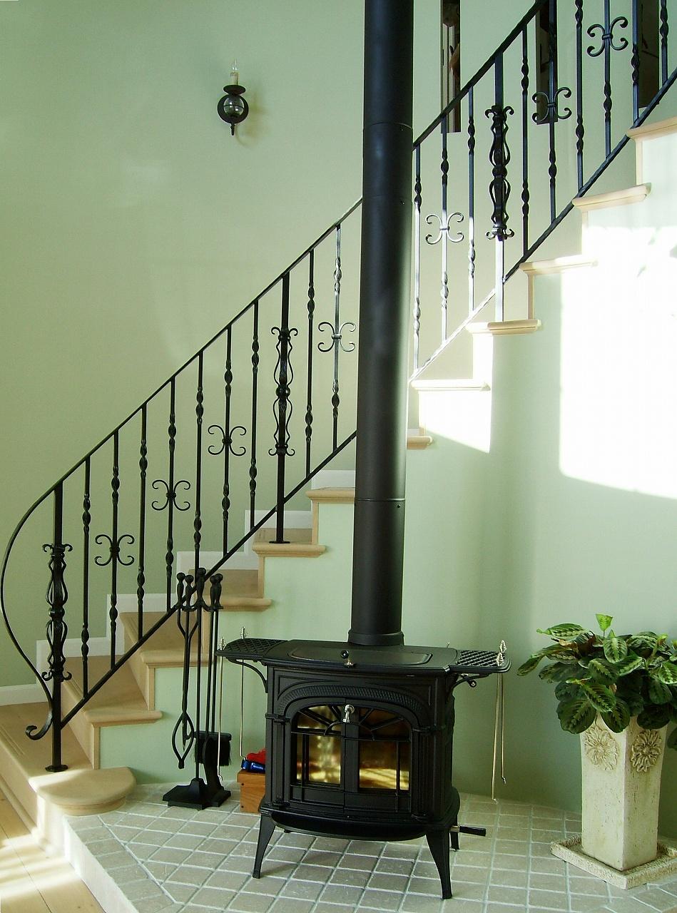 薪ストーブ、ロートアイアンの階段手摺