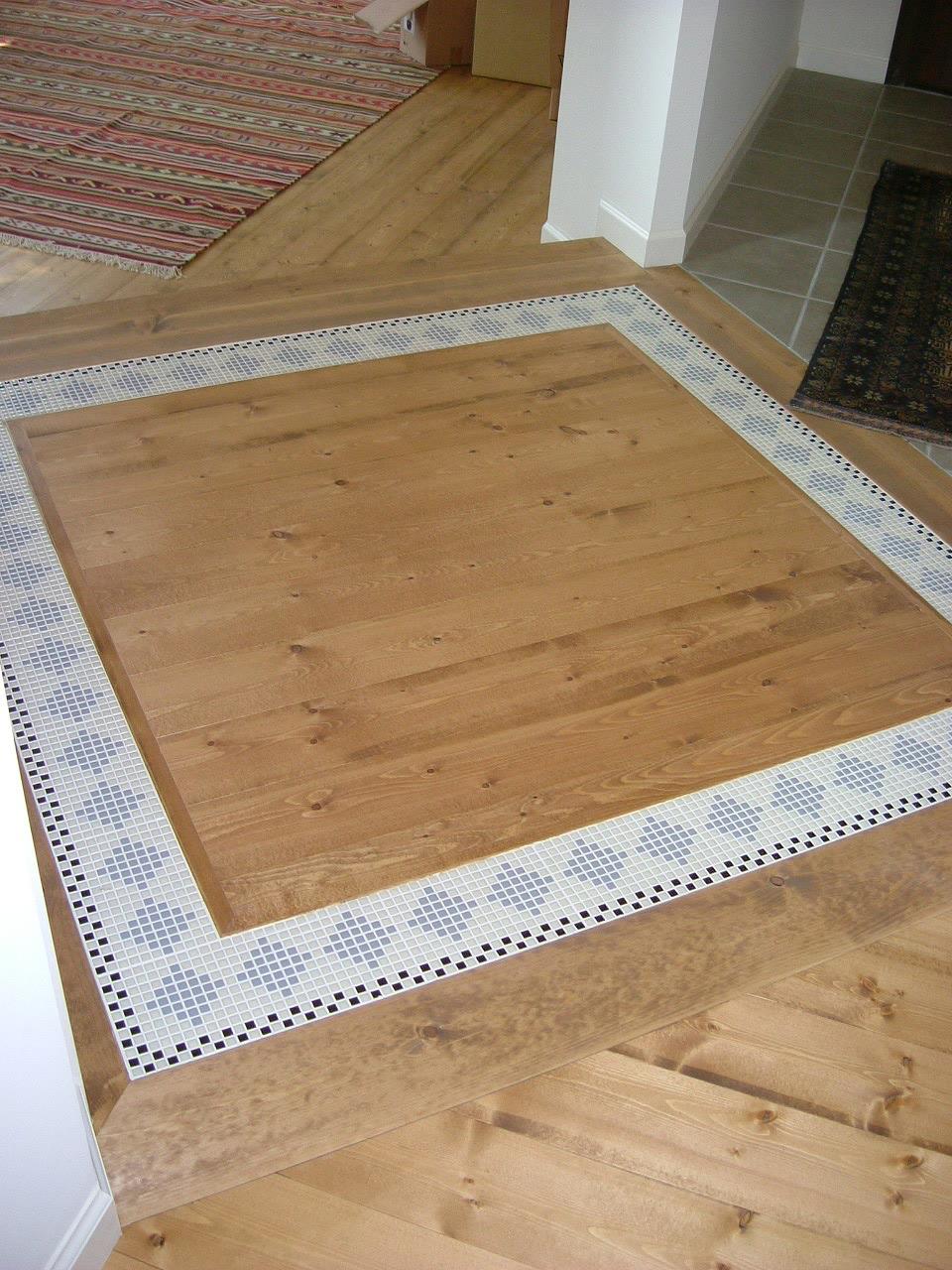 家の中の交差点に、デザイン貼りの床