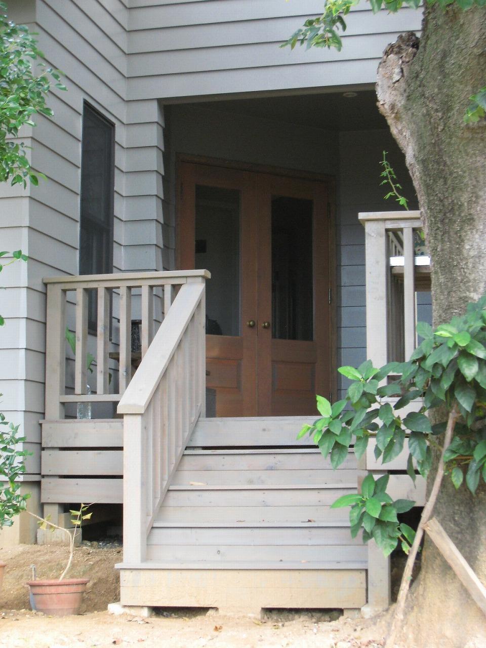 グレイッシュな色に統一した、ウッドデッキ。木製両開きドア
