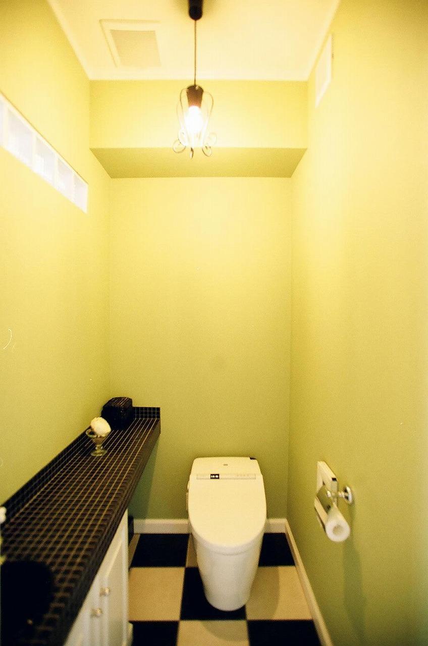黒白のデザインタイル貼りの、グリーンのトイレ