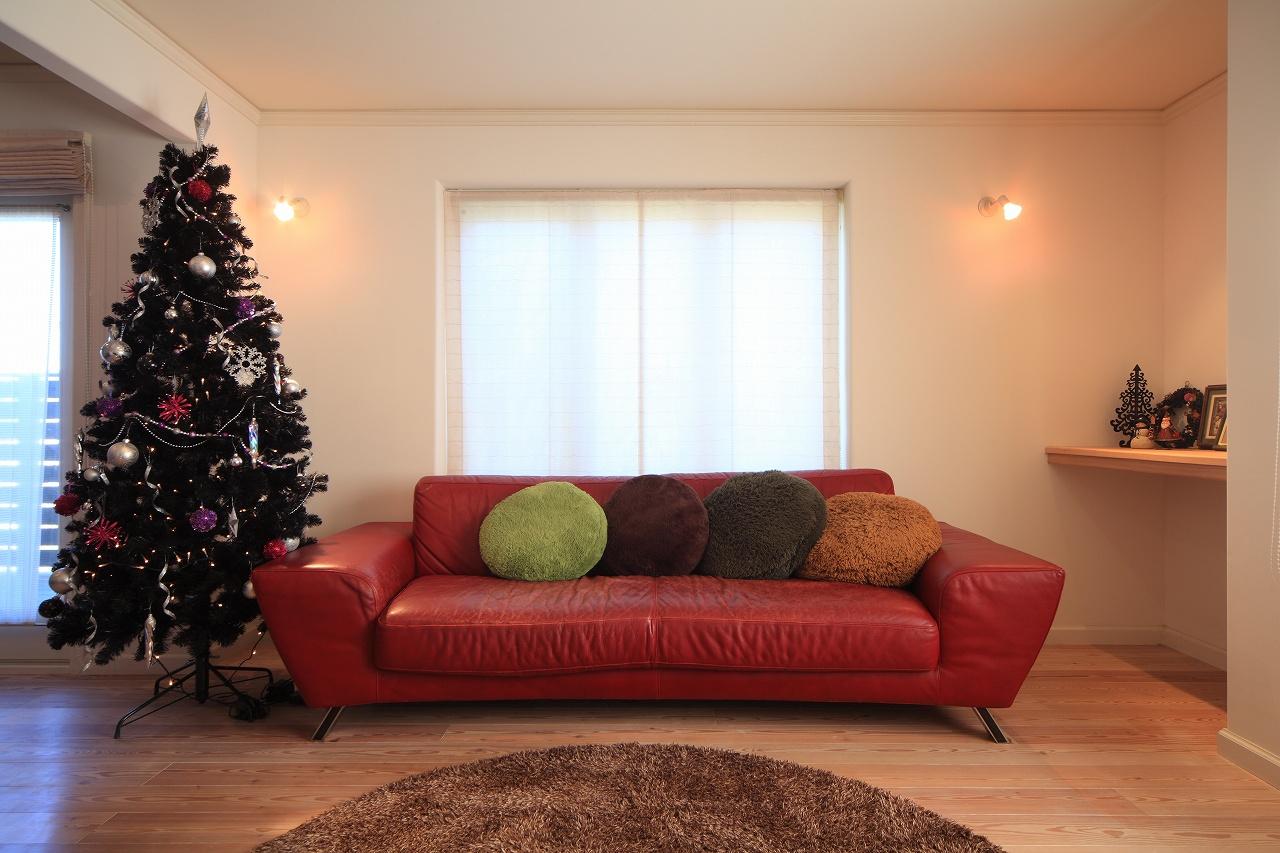 イタリアのワイドソファ、クリスマスツリーも映えるモダンリビング