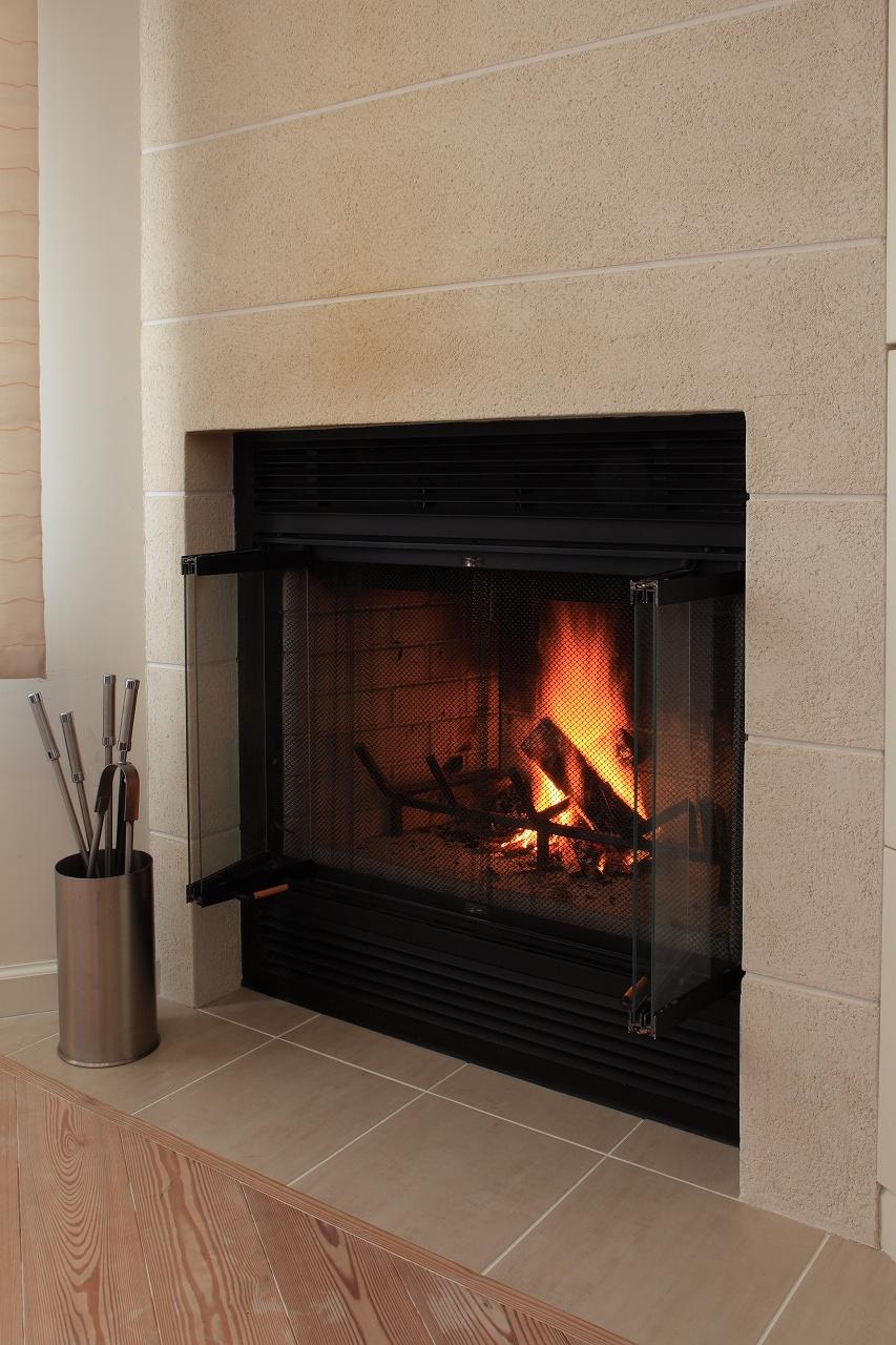 暖炉(マントルピース)もモダンデザインをセレクト