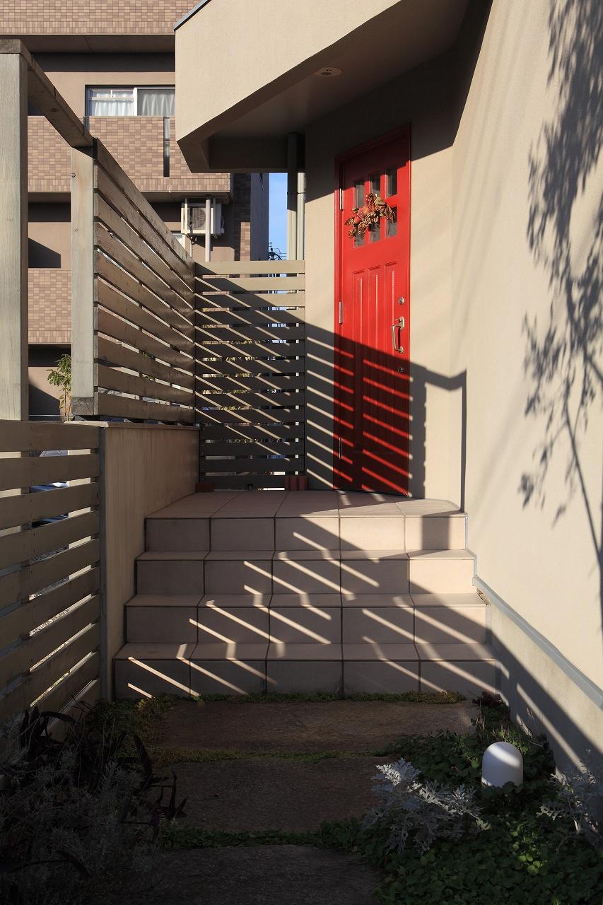 家の顔は、赤い玄関木製ドア。