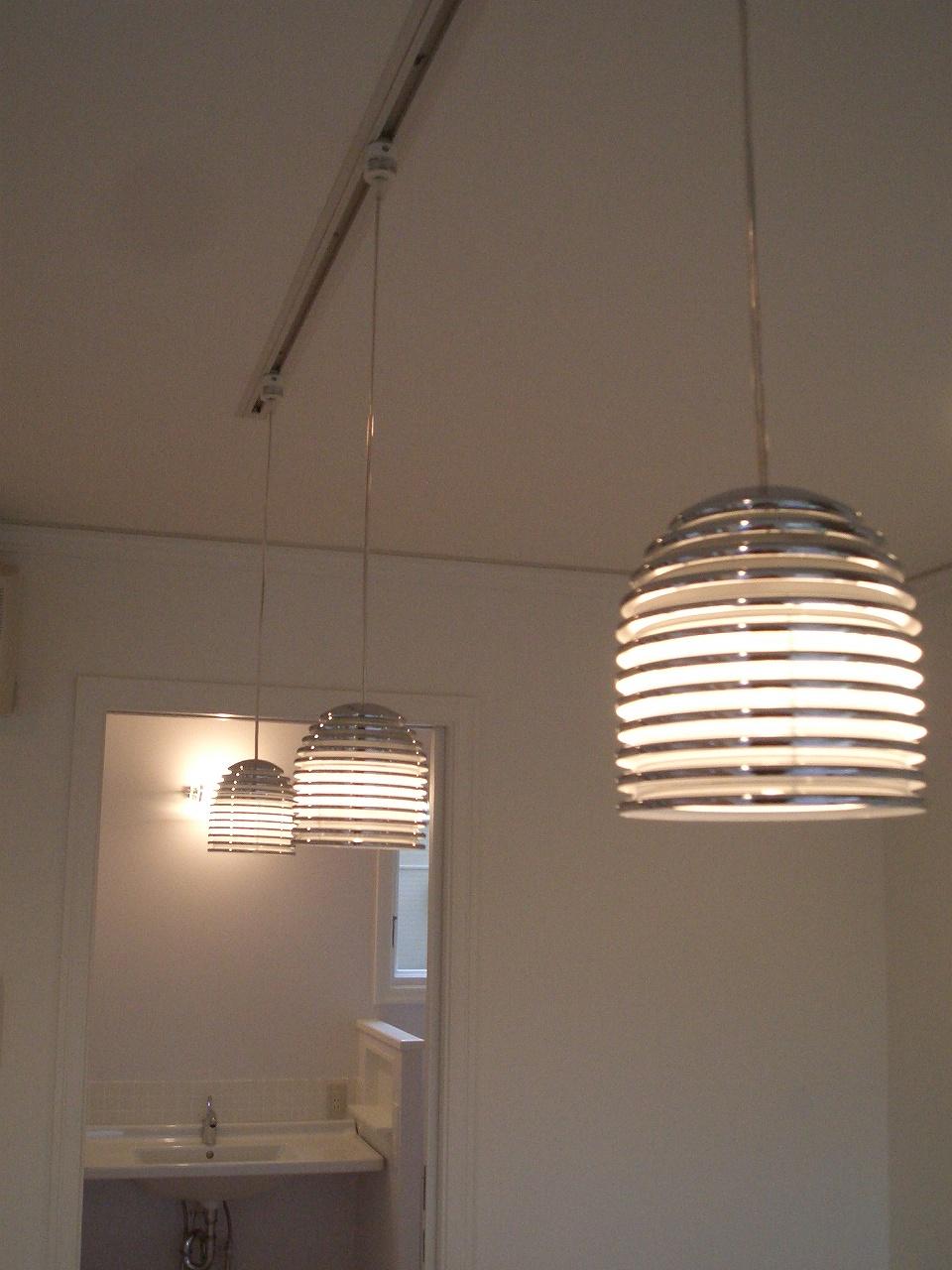 アイランドキッチン上のモダンなペンダント照明