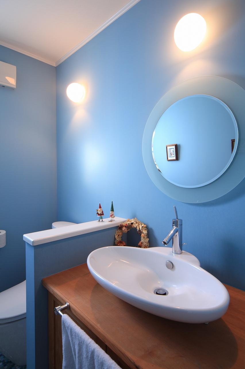 手洗いとトイレが一室にある、ホテルライクな空間。