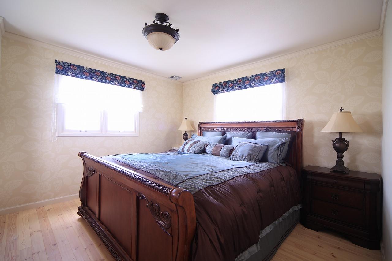 家具やカーテンまでトータルコーディネイトされた主寝室
