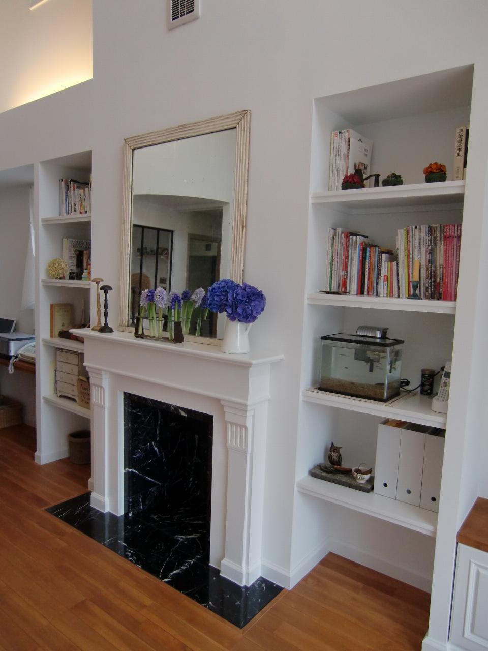 黒白のコントラストが美しいマントルピース、見せる造作収納