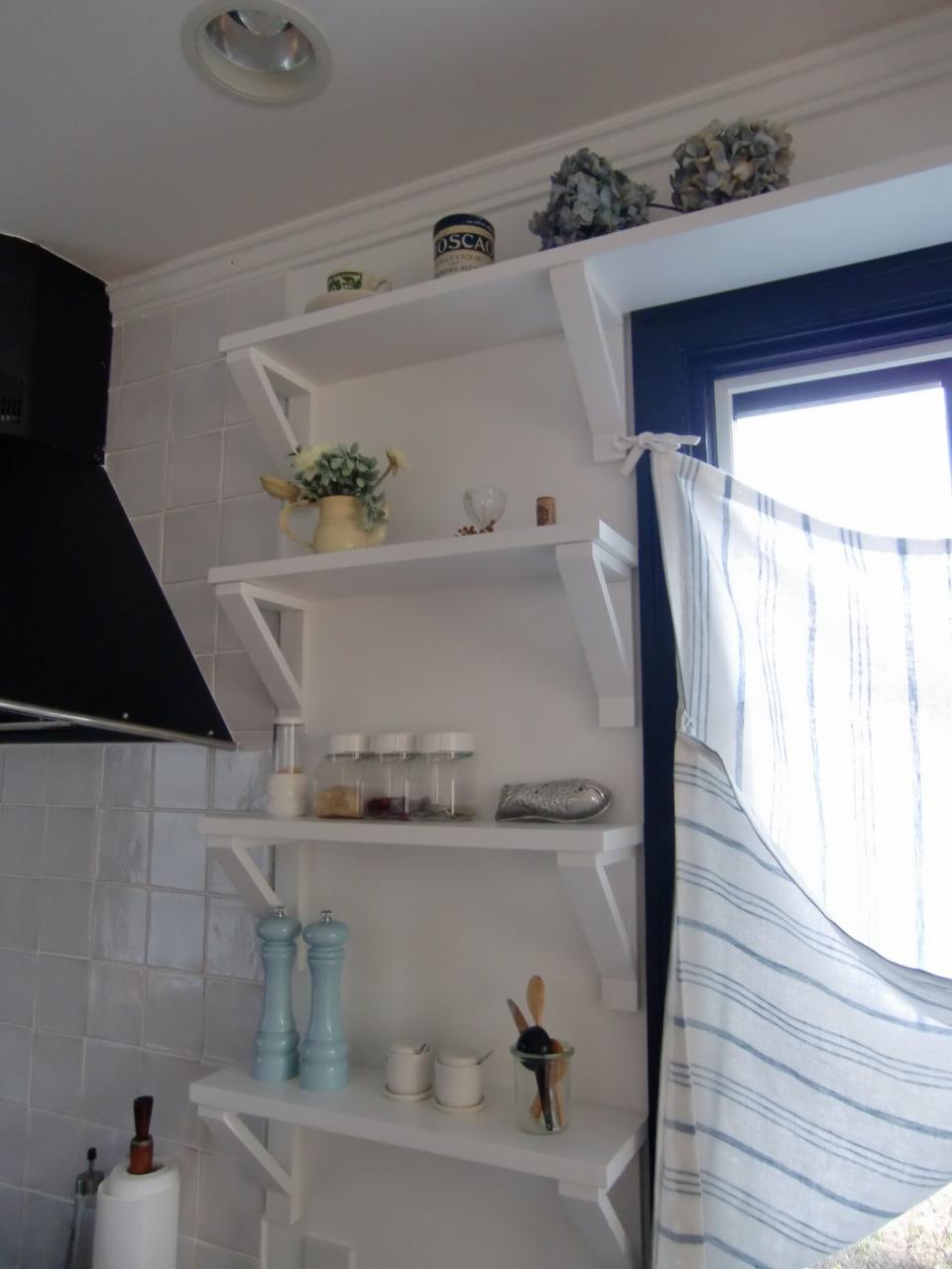 白い棚板収納でカッコよくディスプレイ