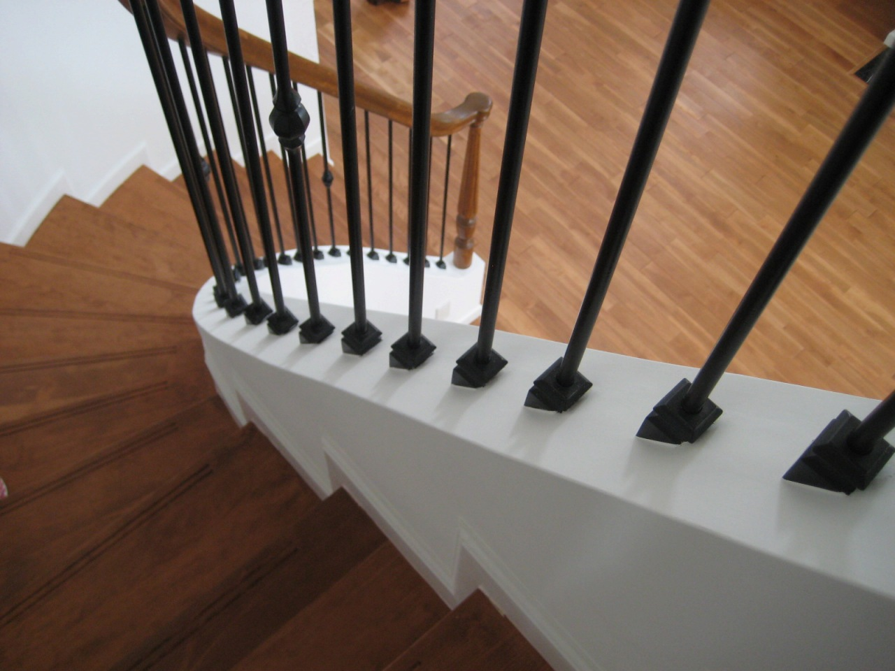 サーキュラー階段の美しい曲線、アイアン手摺