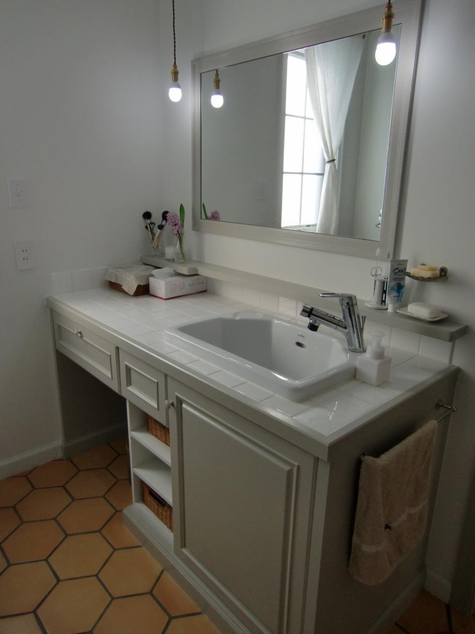 六角形タイルを貼った、フレンチテイストの洗面室