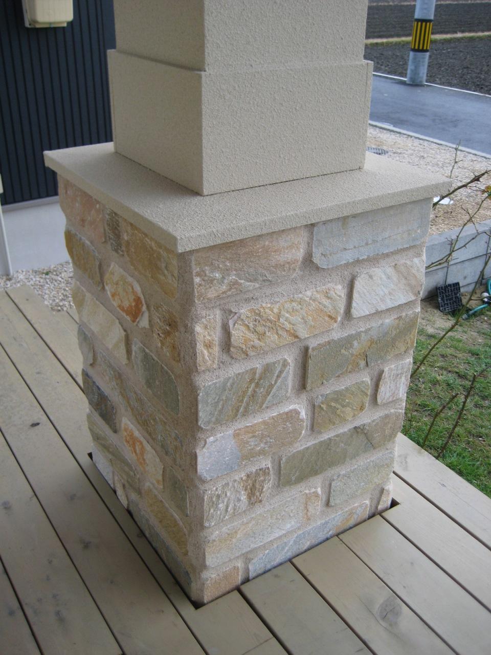 ウッドデッキに存在感のあるポーチ柱、仕上げは石貼り