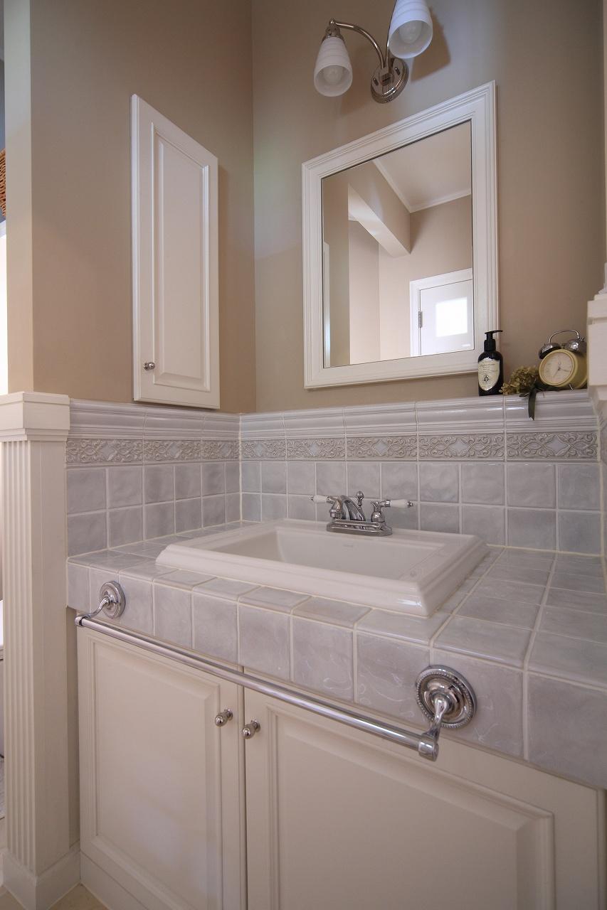 存在感あるタイルで仕上げた、ホテルライクな洗面台