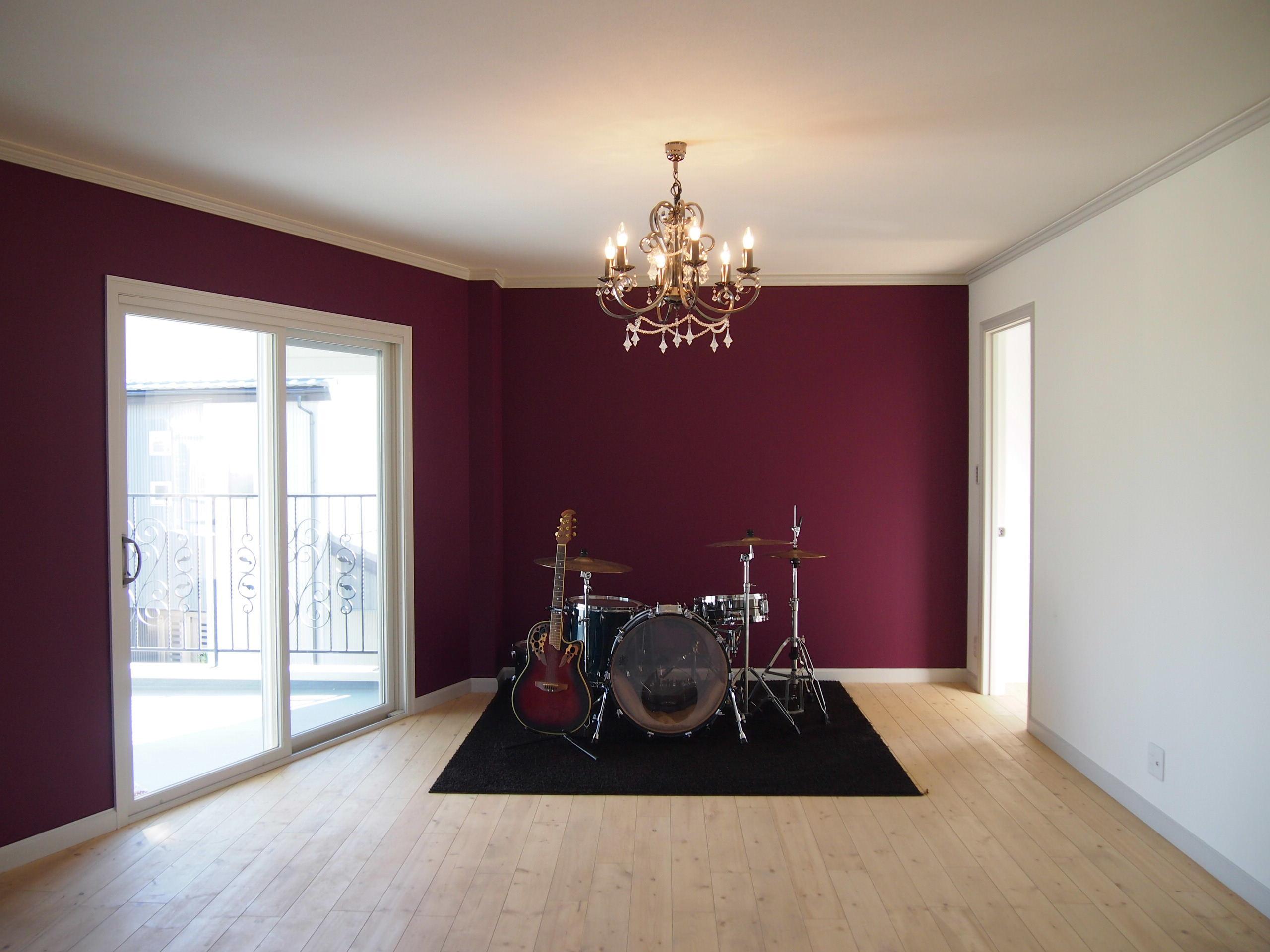 ワインレッドの壁色に、ドラムセット