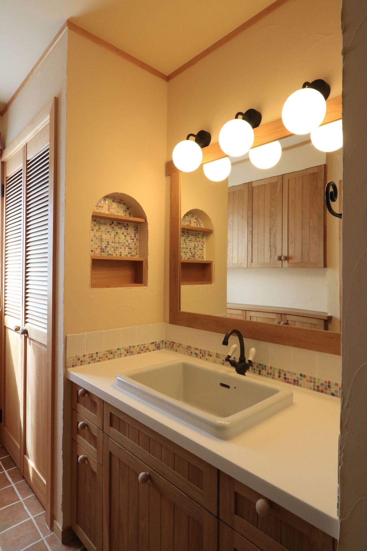 タイル、水栓、つまみなどのアクセサリーにまでこだわった、洗面室