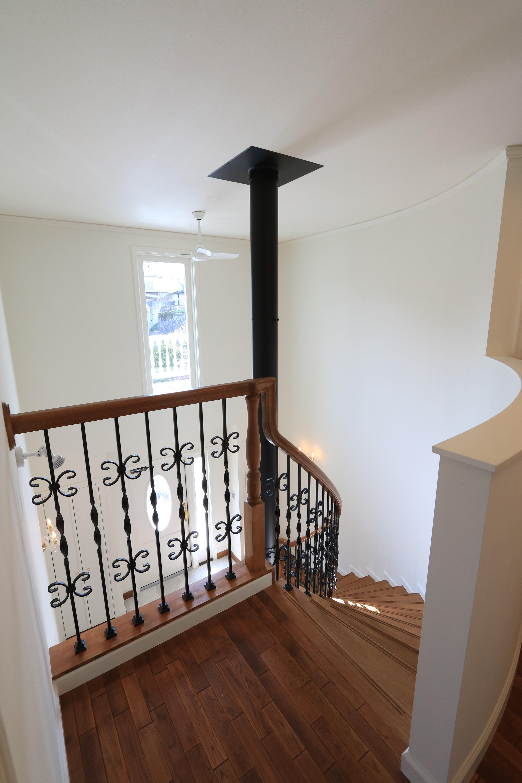 開放感のある吹抜け、美しいアールのサーキュラー階段