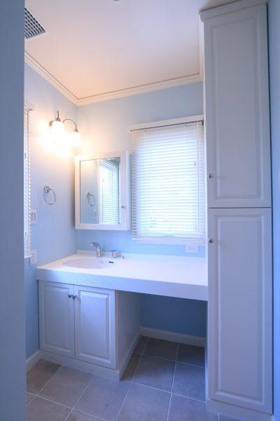 ブルーが爽やかな洗面脱衣室。収納扉もアメリカ製オーダー品。