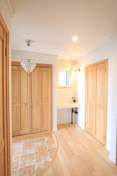 開放的な玄関ホール。子育てに嬉しい、帰宅後すぐに手洗いができるスペース。