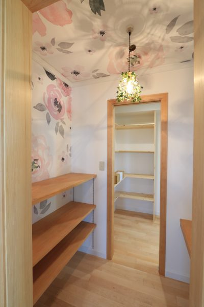 華やかな壁紙と照明で、遊びある家事室収納に。