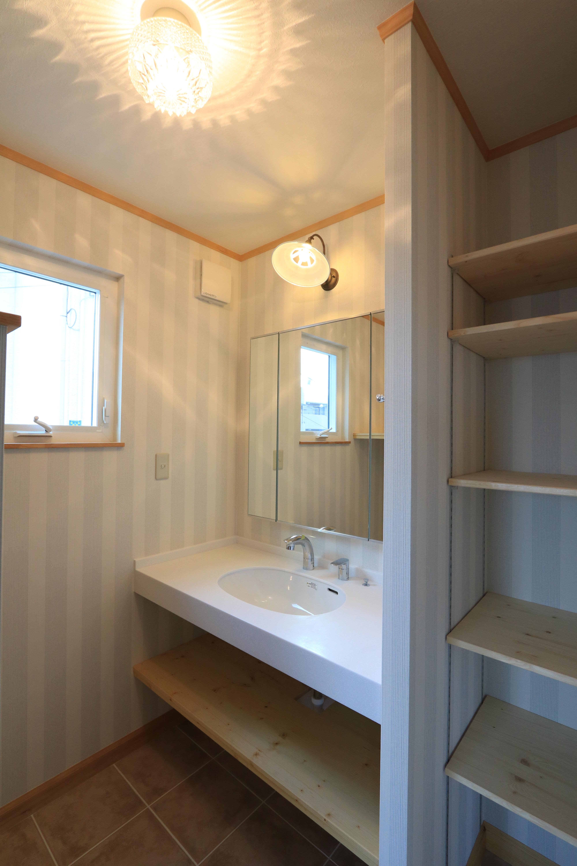 オリジナルの洗面コーナー、収納も可動棚で機能的な脱衣室。