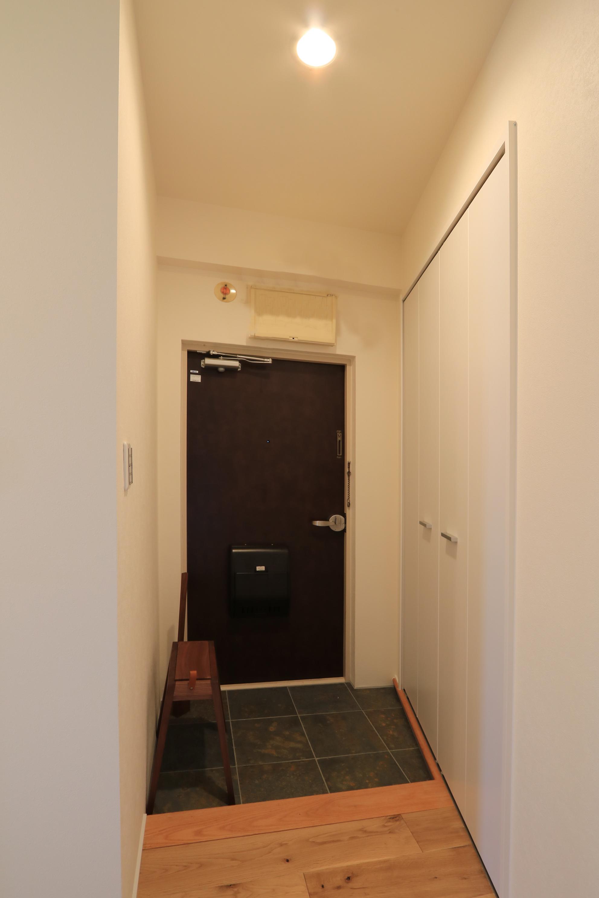 石貼りの玄関ホール