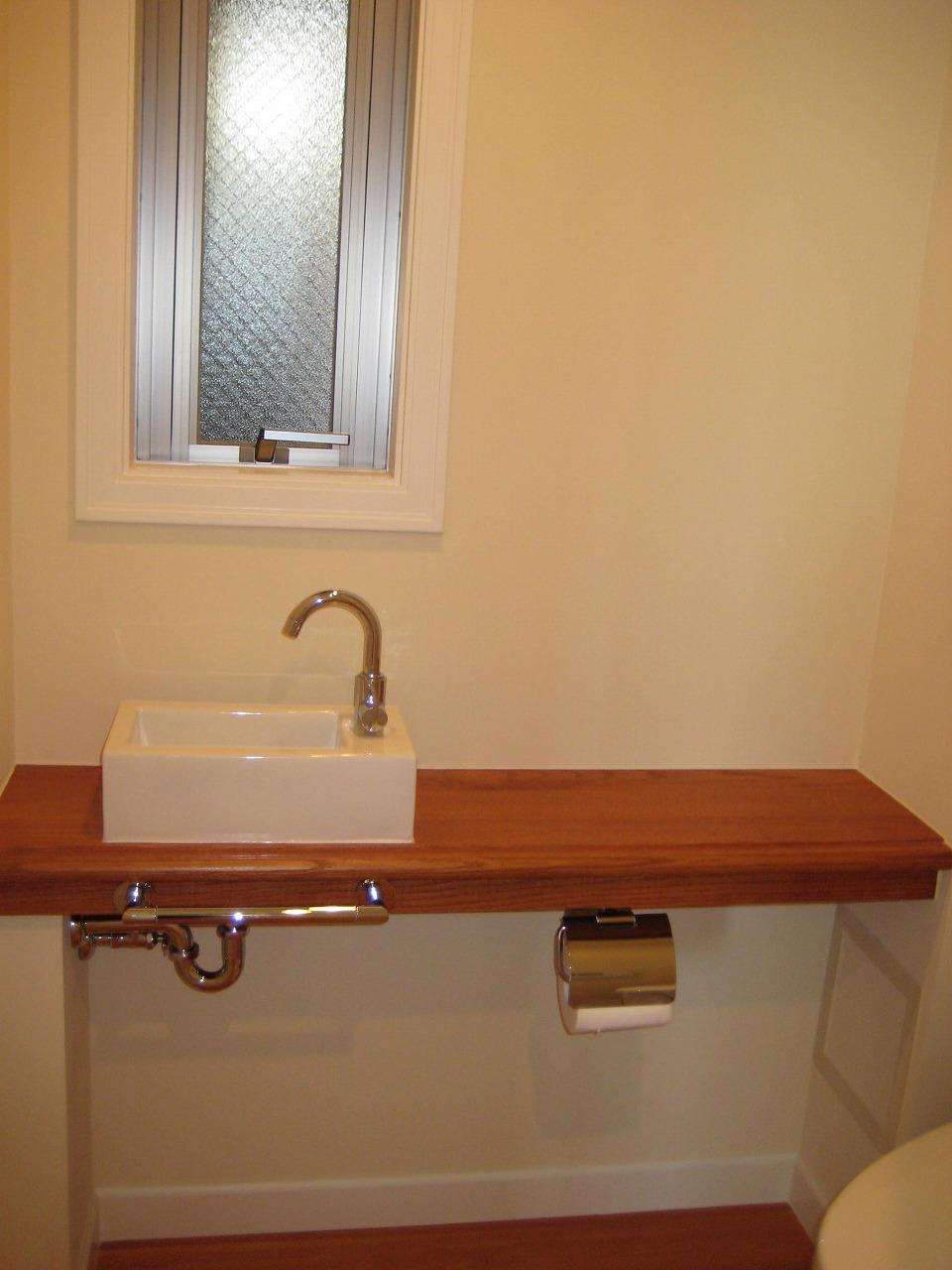 トイレ内の手洗い木製カウンター
