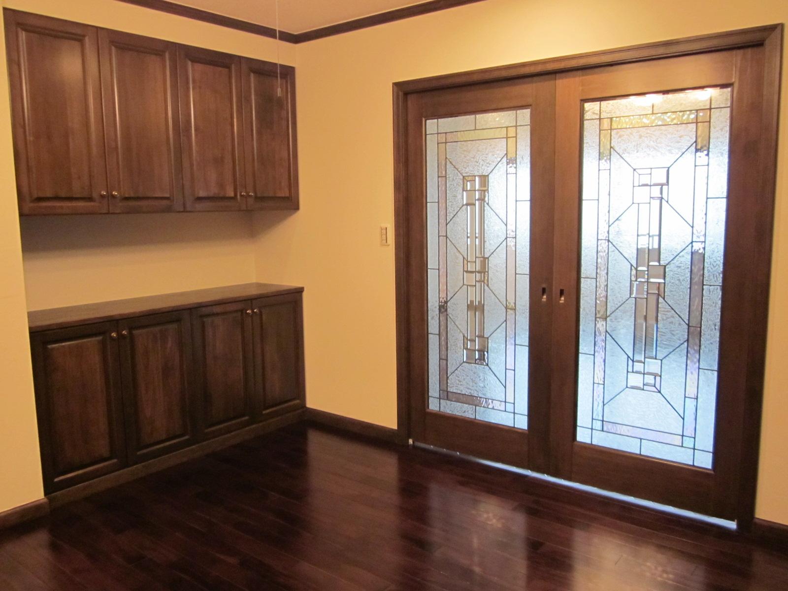 収納造作家具、ステンドくもりガラスの木製ドア