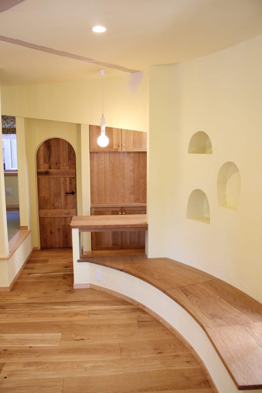 丸い開口、アーチの木製ドア、カーブのベンチ