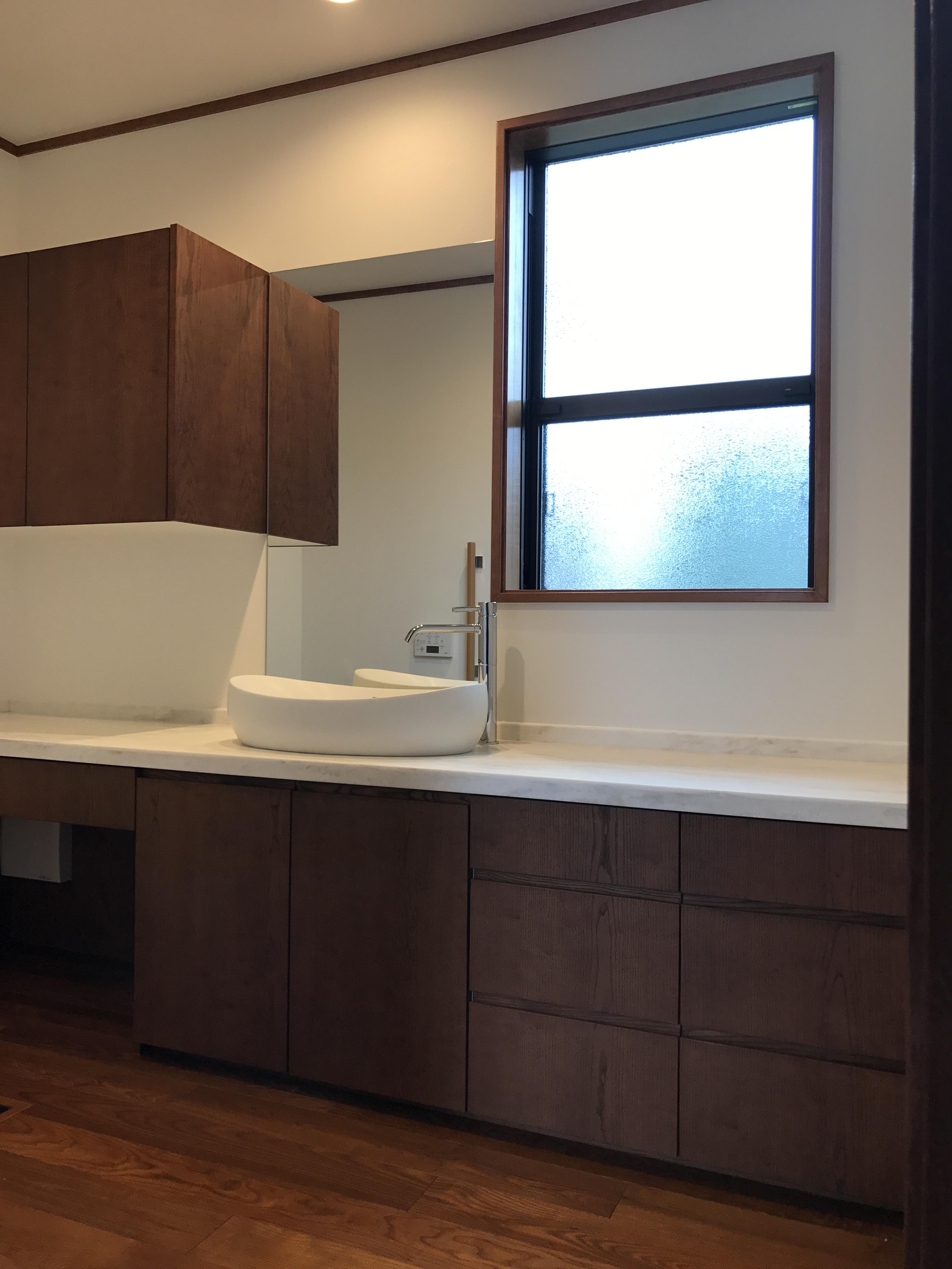 木の扉収納、バリアフリートイレないの手洗いスペース