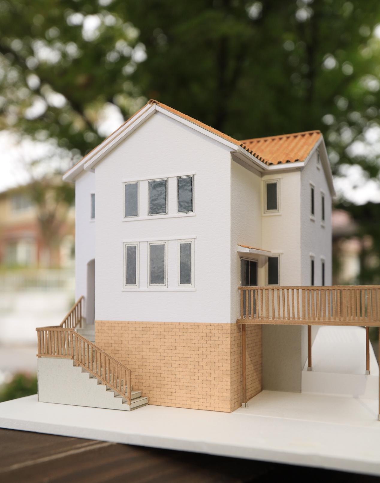 オレンジS瓦屋根に白い外壁。高低差のある土地を活かした可愛いお家。