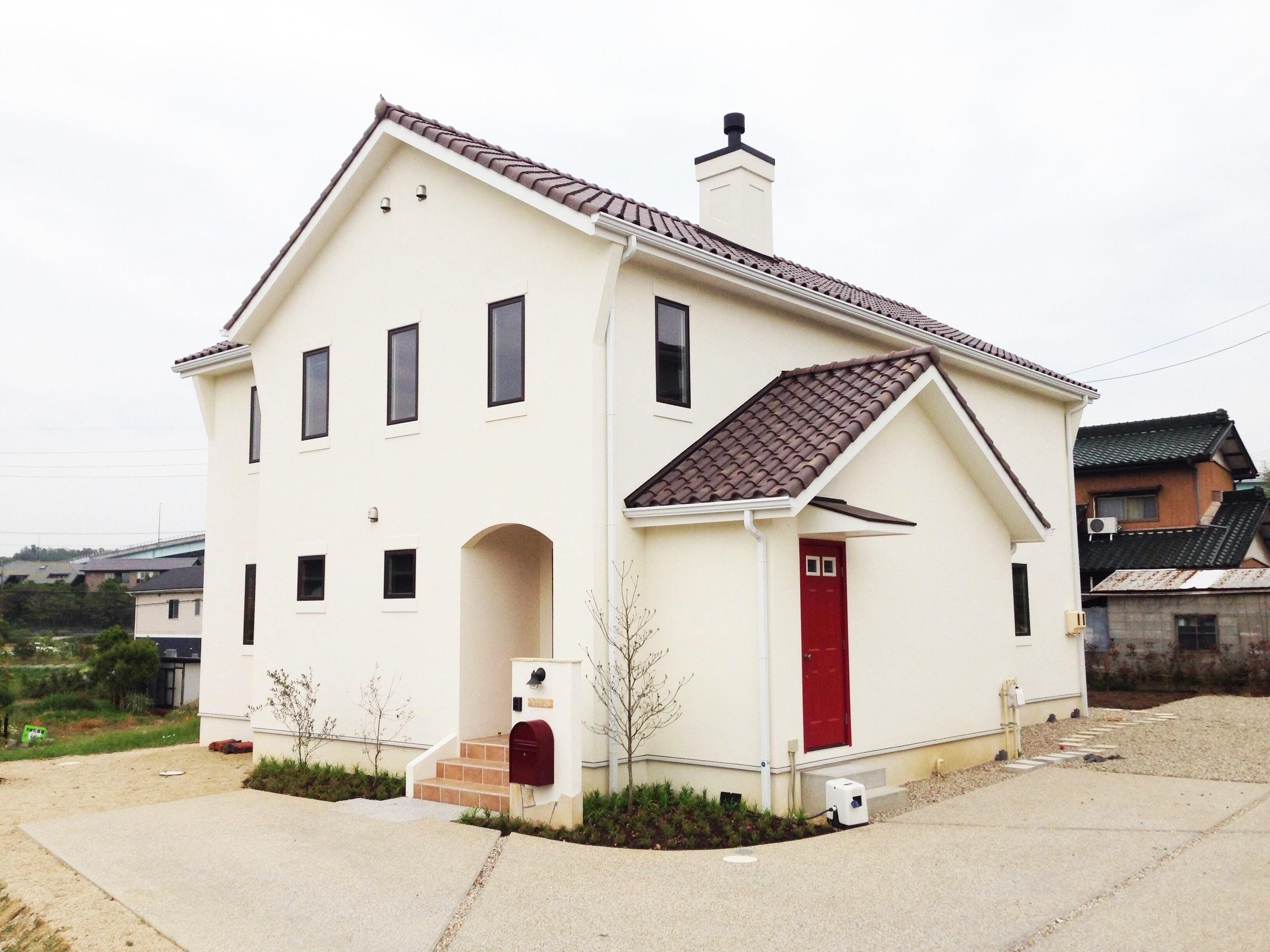 赤い屋根、赤い玄関ドアの家