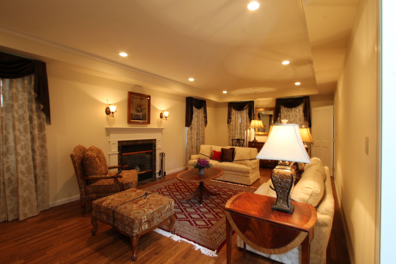 カーテンや家具や照明、すべてトータルコーディネイトされたクラシカルな居間。
