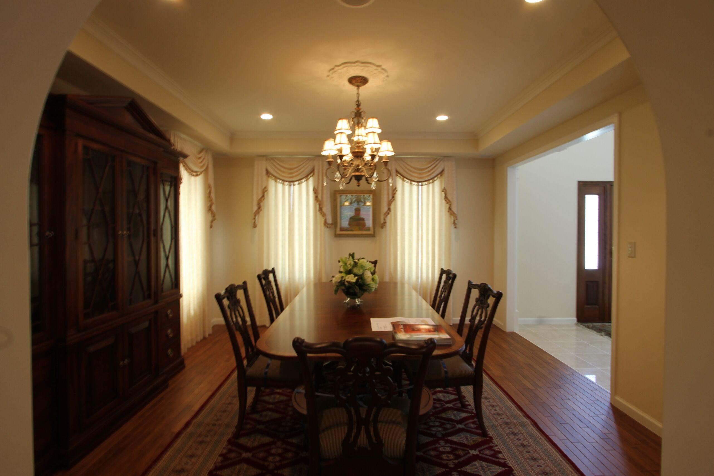 クラシカルな家具も揃った、重厚感あるダイニングキッチン