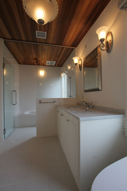 天井は板張り、ガラス戸が開放的なバストイレルーム。