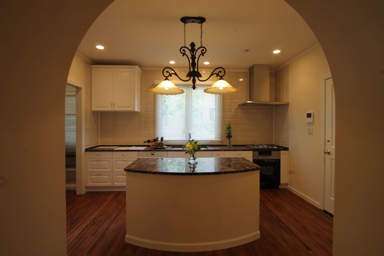 大理石の天板、複数人で囲めるアイランドキッチン。