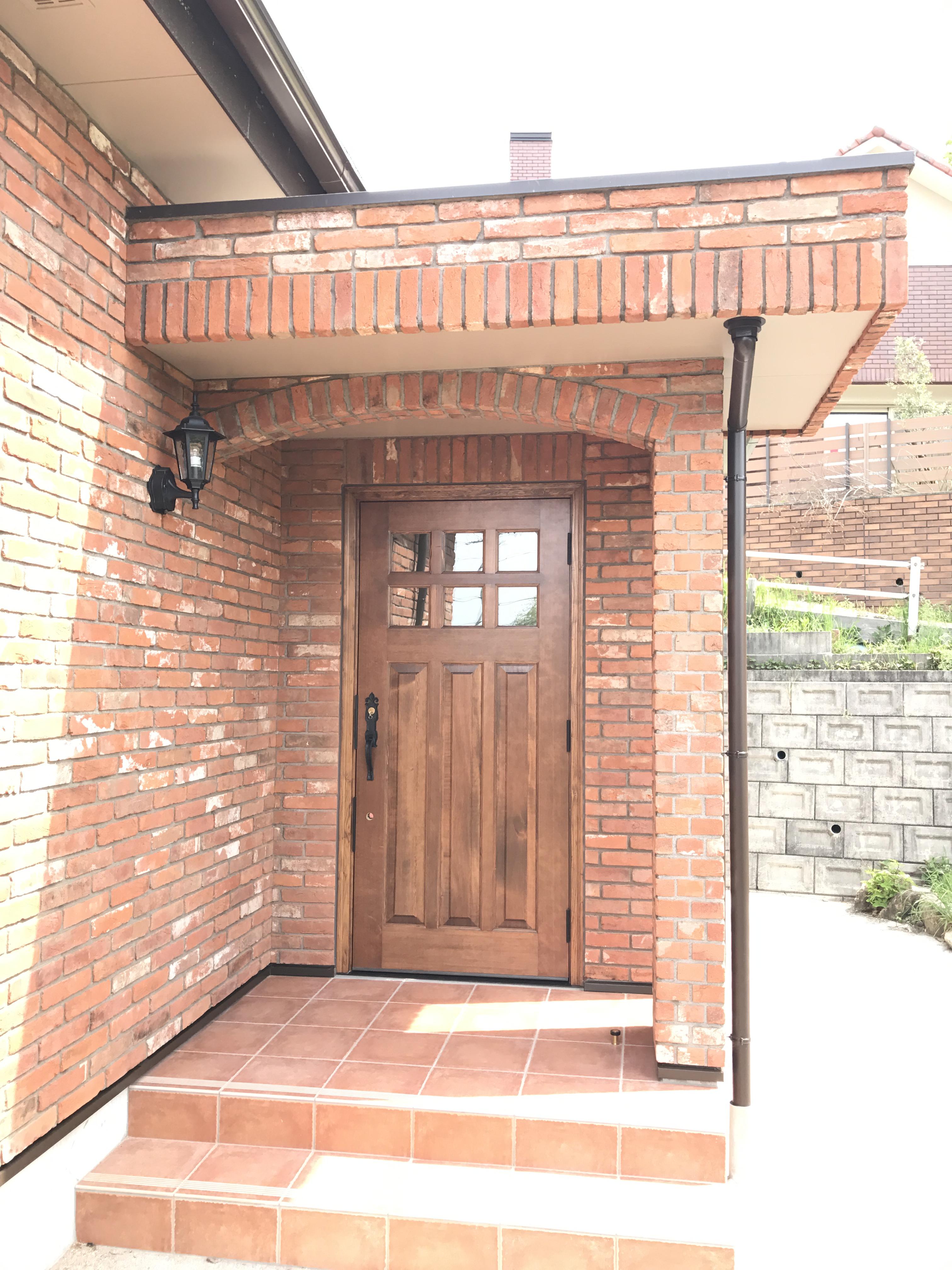 玄関は重厚な木製ドアに交換