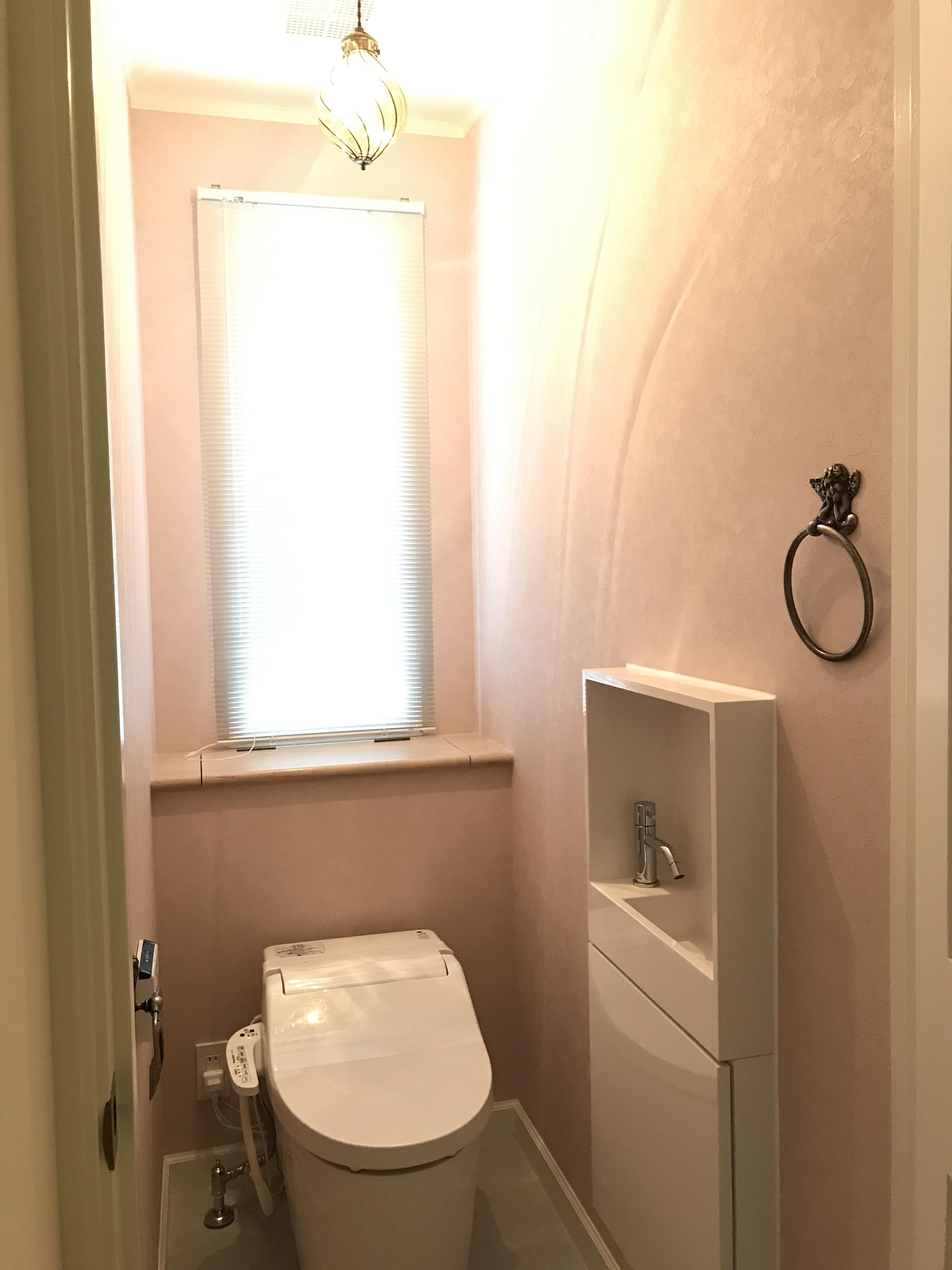 後ろに収納のあるトイレ