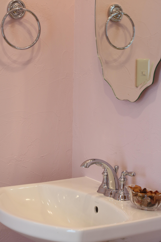 ピンク色の漆喰で仕上げた、女性らしいネイルルーム